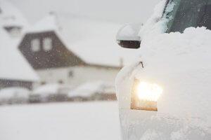 zasnezene auto v zime