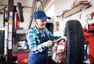 automechanička pripravuje zimné pneumatiky